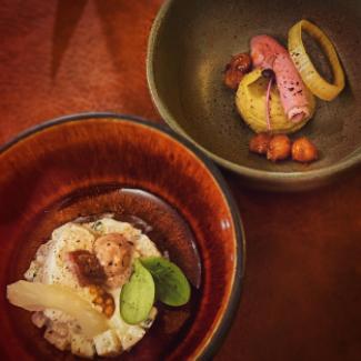 Hapjes bestaande uit vitello met humus en een aardappelsalade